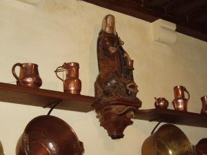 (statua della Santa nella cucina dell'Hotel Dieu di Beaune, in Borgogna).