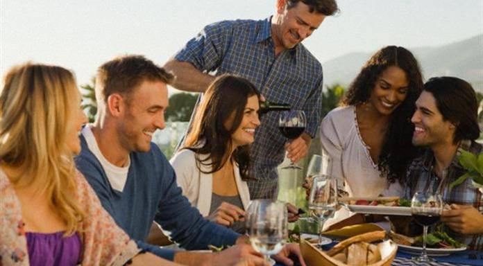 Gli italiani a tavola appassionati e intenditori pane focolare - A tavola con amici ...